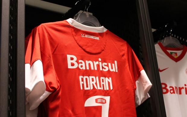 Camisa do Inter com nome de Forlán (Foto: Diego Guichard/Globoesporte.com)