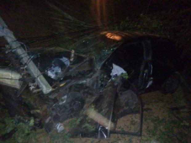 Carro colidiu com muro do Canil Municipal (Foto: Divulgação/Polícia Militar)