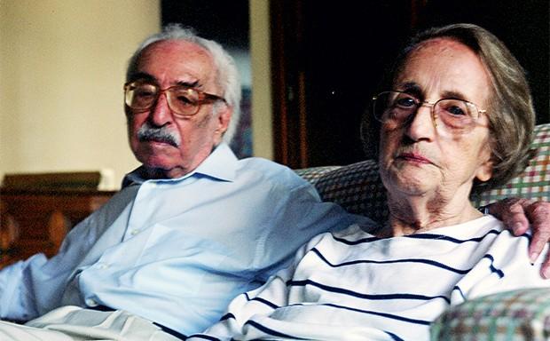VOZ NATURAL Manoel de Barros e a mulher, Stella, em 2008 (ao lado). À esquerda, a fazenda Santa Cruz, no Pantanal, onde Manoel viveu dez anos sem escrever. O silêncio decantou  seu estilo (Foto: Lucas de Barros)