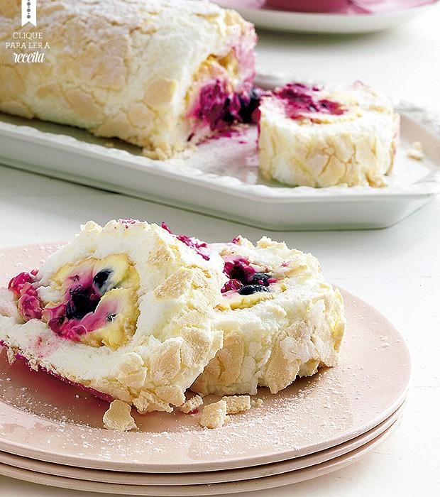 Crocante por fora, macio e cremoso por dentro: o rocambole de merengue e frutas vermelhas impressiona e é mais fácil de fazer do que parece (Foto: StockFood / Gallo Images Pty Ltd.)