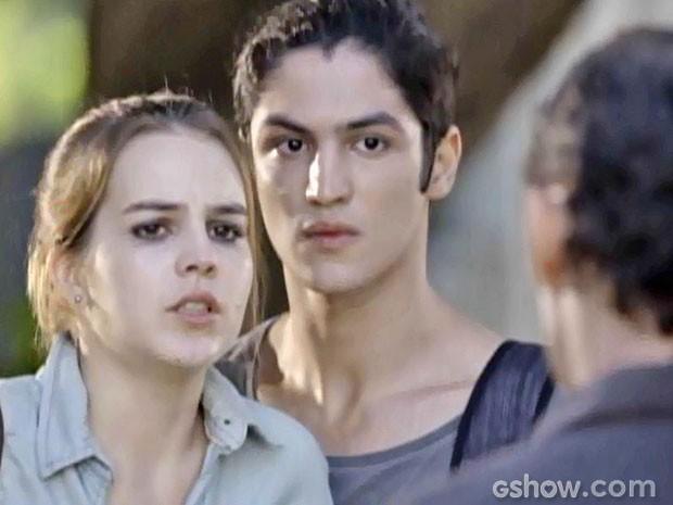 Antônio e Palhares vão levar Anita à força para o assalto (Foto: Malhação/ TV Globo)