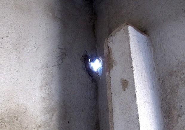 Buraco aberto por raio em casa de Guarujá, SP (Foto: Silvio Muniz/G1)
