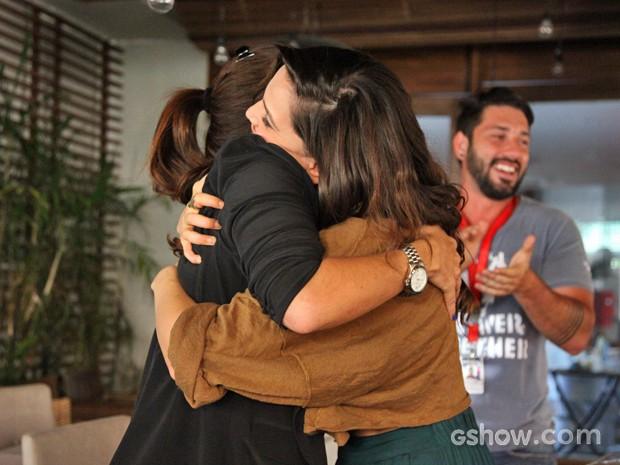 Tainá e Giovanna se abraçam depois do primeiro pedaço (Foto: Carol Caminha/ TV Globo)