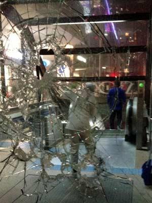Funcionária limpa entrada de estação após depredação (Foto: Guilherme Tossetto/G1)