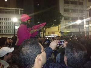 Homem foi retirado da plateia (Foto: Roney Domingos/G1)