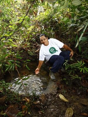 A agricultora Valdete do Nascimento mostra área recuperada por projeto de pagamento de serviços ambientais na APA do Pratigi, no sul da Bahia (Foto: Divulgação)