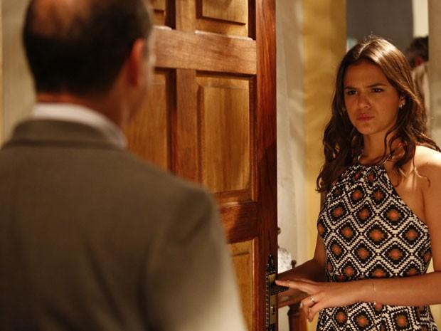 Mari faz cara feia ao ver o mordomo em sua casa (Foto: Raphael Dias/Gshow)