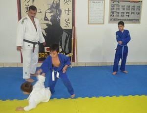 Paulo Cezar observa treino das crianças (Foto: Tercio Neto/GLOBOESPORTE.COM)