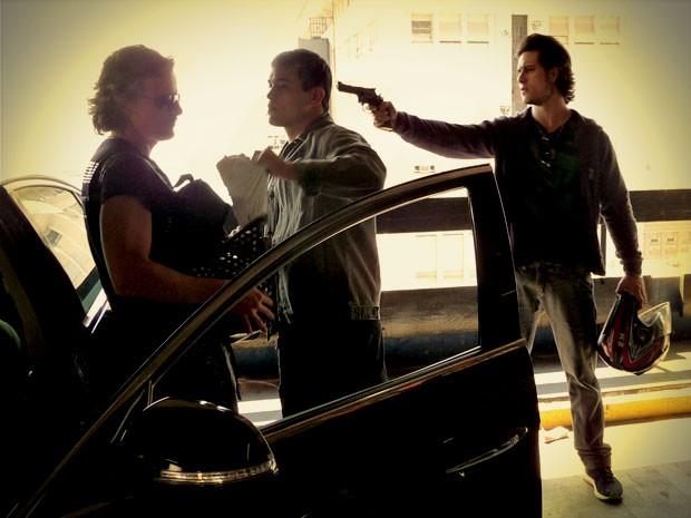 Enquanto Lúcio matém Max na mira do revólver, Esqueleto pega mais dinheiro (Foto: Avenida Brasil / TV Globo)