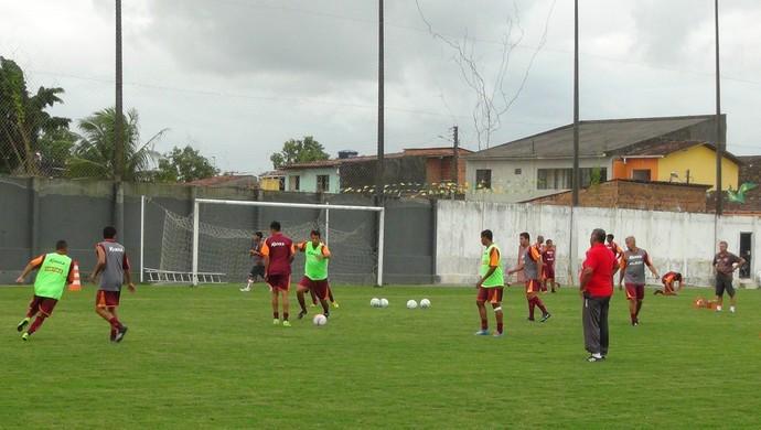 Ademir Fonseca acompanha treino tático do CRB (Foto: Denison Roma / GloboEsporte.com)