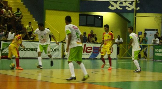Jogo entre Cabrobó e Bairro Carneiro agitou arquibancadas do Sesc neste sábado (Foto: Magda Lomeu)