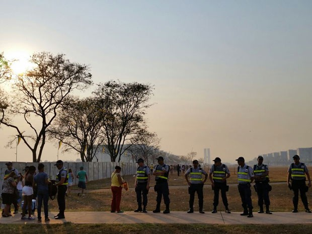 Em cordão montado após a Rodoviária do Plano Piloto, policiais revistam quem tenta ter acesso aos arredores do desfile de 7 de Setembro em Brasília (Foto: Vianey Bentes/TV Globo)