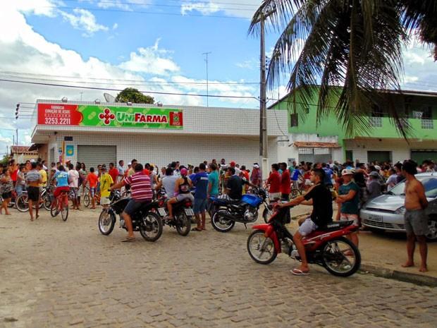 Farmácia foi assaltada neste sábado em Bom Jesus, RN (Foto: Edylon Fernandes/G1)