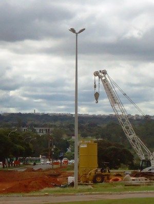 obras via de acesso ao aeroporto de Brasília (Foto: Fabrício Marques)