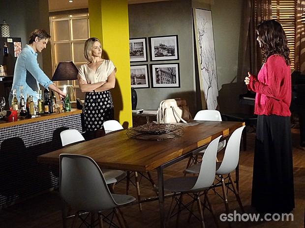 Veronica chega de surpresa e estraga jantar a dois (Foto: Em Família / TV Globo)