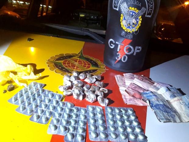 A Polícia encontrou maconha, crack, dinheiro e comprimidos de roupinol com a adolescente (Foto: Polícia Militar/Divulgação)