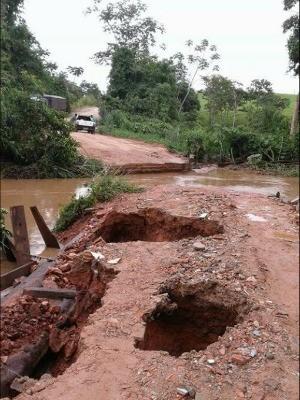 Ponte foi derrubada pela chuva e não há previsão de quando será arrumada. (Foto: Arquivo Pessoal)