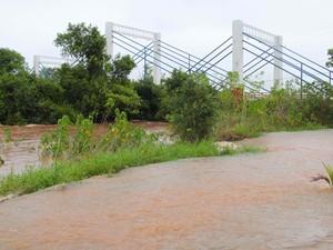 Com cheia, rio Dourados ameaça cobrir a estrutura da ponte sobre a rodovia MS-376 em Fátima do Sul (Foto: Jefferson Durte/Arquivo Pessoal)