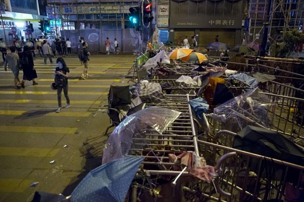 Barricada construída por manifestantes em Hong Kong para tentar deter policiais (Foto: Kin Cheung/AP)