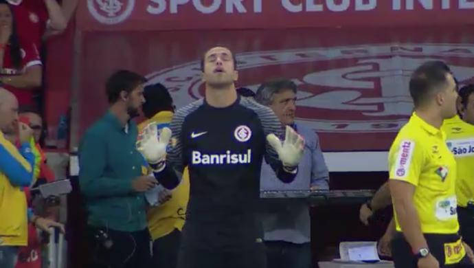 Marcelo Lomba reza antes de entrar em campo contra o Novo Hamburgo (Foto: Reprodução/SporTV)