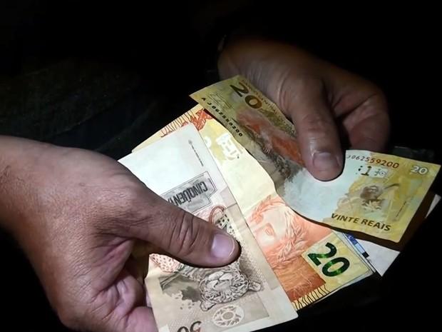 Dinheiro levado pela dupla durante o assalto foi recuperado pela PM (Foto: Ary Molinari/Arquivo pessoal)
