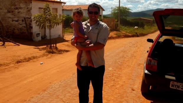 O jornalista com Clara, de 2 anos, na cidade de Tremedal (BA) (Foto: Lucas Bretas)