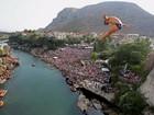Mergulhadores fazem acrobacias ao saltar de ponte na Bósnia
