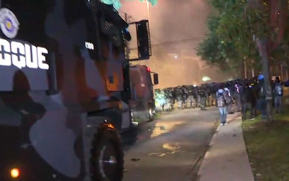 Tropa de Choque dispersa manifestantes da frente da casa de Michel Temer; presidente não está em São Paulo (Foto: Reprodução/GloboNews)