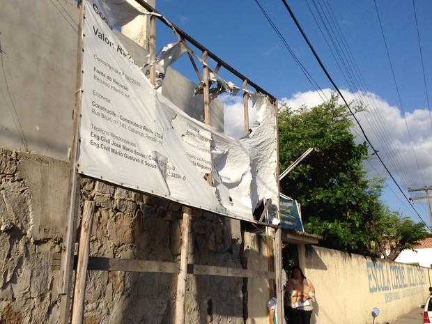 Placa em frente à escola indicava que obra duraria um ano. (Foto: Jael Soares/ G1 Caruaru)