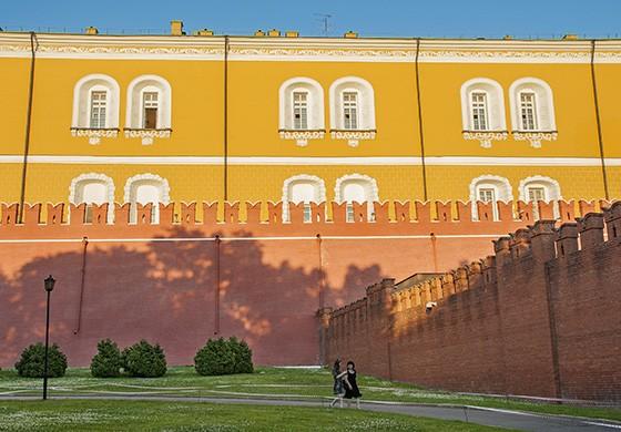 Prédio administrativo no interior do Kremlin e parte de sua alta muralha vermelha (Foto: © Haroldo Castro/ÉPOCA)