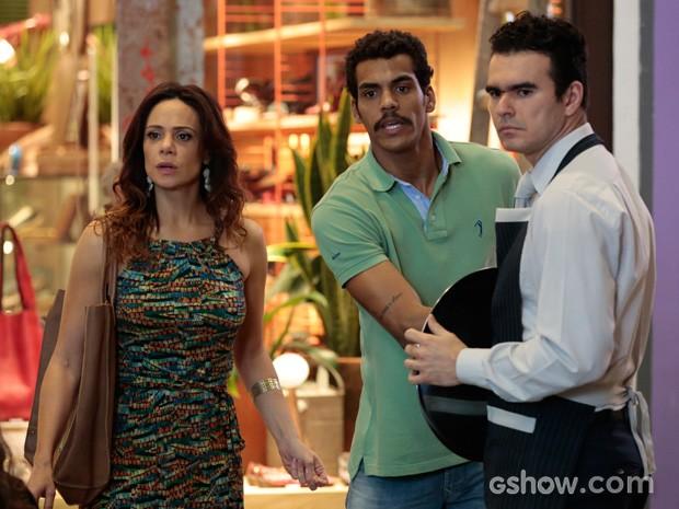 Juliana se desespera por causa de Bia em um shopping (Foto: Felipe Monteiro / TV Globo)