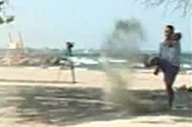 Homem ficou ao fundo jogando a areia para o alto com pé. (Foto: Reprodução)