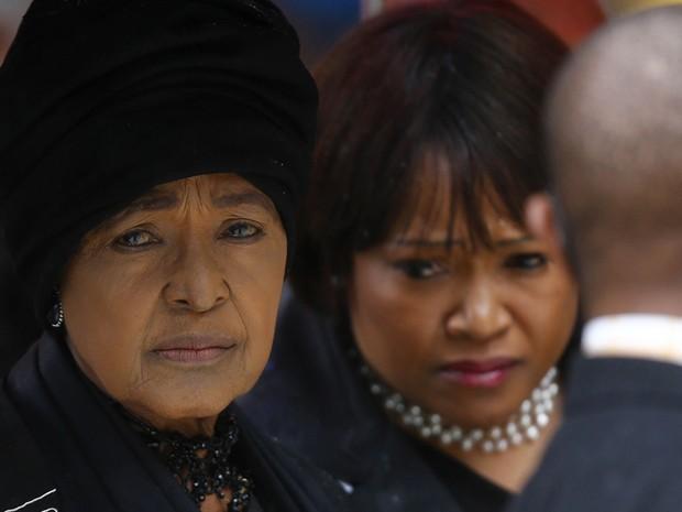 A ex-mulher de Nelson Mandela, Winnie (esq.), e sua filha Zindzi chegam para a cerimônia em Soweto (Foto: Kai Pfaffenbach/Reuters)