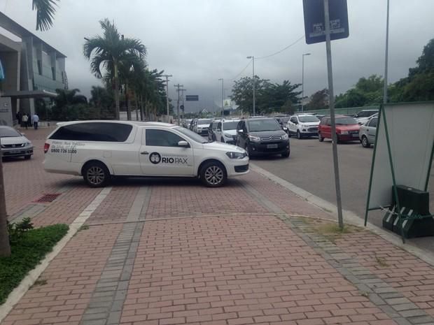 Corpo de Umberto Magnani deixa hospital no Rio (Foto: EGO)