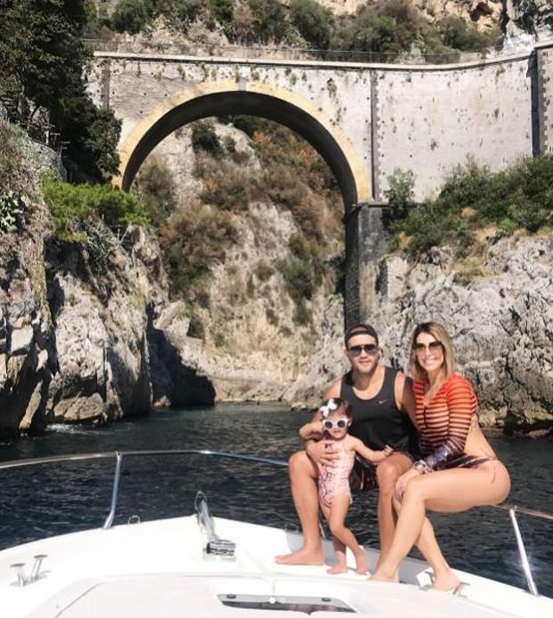 Maguila e Bella Falconi com a filha deles, Vicky (Foto: Reprodução/Instagram)
