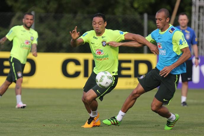 Atacante Ricardo Oliveira em treino da seleção brasileira (Foto: Lucas Figueiredo / MoWA Press)