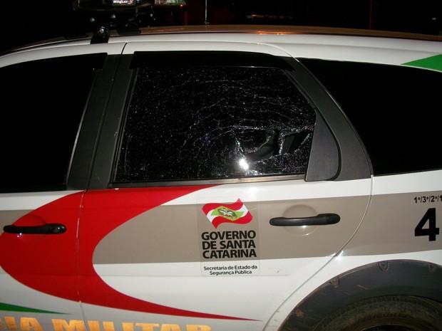 Durante a fuga, o suspeito jogou umapedra contra a viatura da PM (Foto: Polícia Civil/Divulgação)