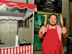 Wender Fonseca tem uma empresa de assistência técnica, mas também passou a vender churrasquinho (Foto: Fernando Madeira/ A Gazeta)
