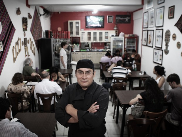 Edgar Villar entre as mesas do primeiro andar do Rinconcito Peruano (Foto: Caio Kenji/G1)