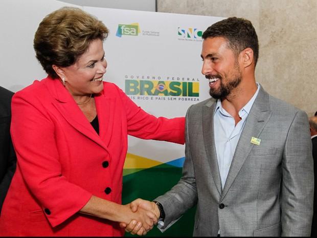 Dilma Rousseff e o ator Cauã Reymond durante lançamento do Programa Brasil de Todas as Telas (Foto: Roberto Stuckert Filho/PR)