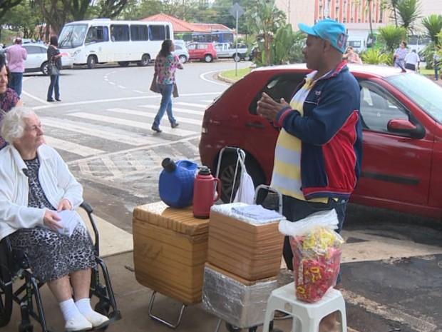 Vendedor ambulante encontrou alternativa depois de perder emprego (Foto: Reprodução/EPTV)