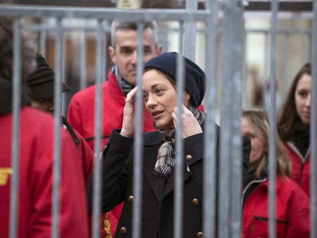 A atriz francesa Marion Cotillard se manifesta entre ativistas do Greenpeace em Paris (Foto: FRED DUFOUR / AFP)
