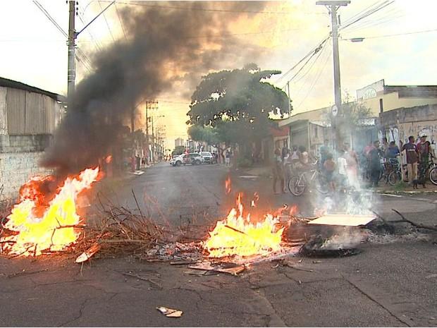 Moradores queimam pneus em protesto contra falta d'água na zona norte de Ribeirão Preto (Foto: Valdinei Malaguti/ EPTV)