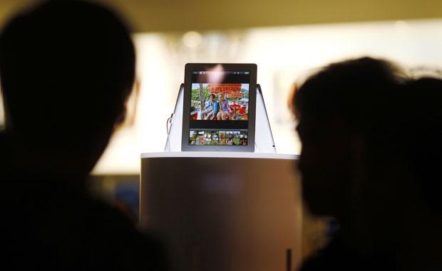 Consumidores observam o novo iPad em uma loja da Apple em Sydney, na Austrália (Foto: Tim Wimborne/Reuters)