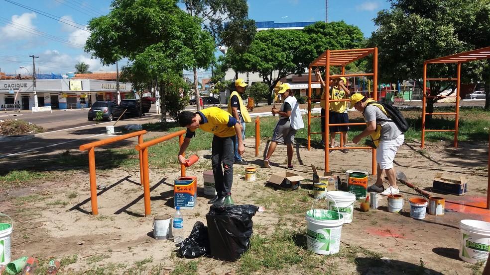 Cerca de 100 voluntários revitalizaram a praça neste sábado (1º) (Foto: Jéssica Alves/G1)