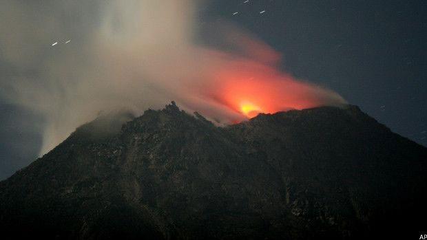 Calcula-se que a Indonésia tenha 120 vulcões ativos, entre eles o monte Merapi  (Foto: AP)