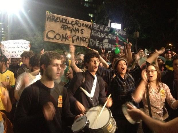 Manifestantes sentam na  Avenida Paulista em São Paulo e gritam: 'Não são só vinte centavos' (Foto: Helton Simões Gomes/G1)