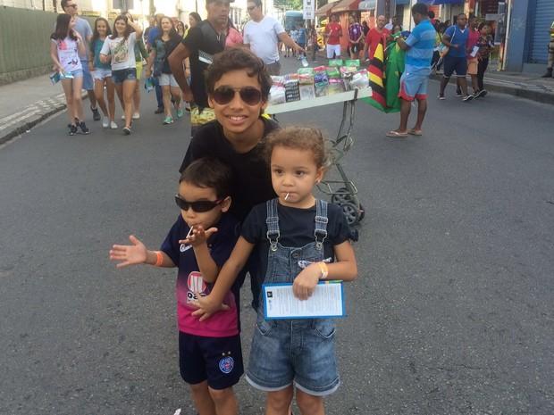 Eduardo, com o irmão mais novo e a prima (Foto: Maiana Belo/G1 Bahia)