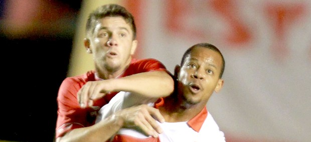 Felipe Macena e Jocilei jogo Vila Nova x Portugues (Foto: Carlos Costa / Futura Press)