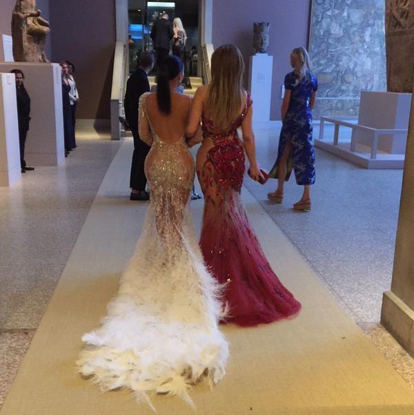 Kim Kardashian e Jennifer Lopez no baile de gala do MET em Nova York, nos Estados Unidos (Foto: Twitter/ Reprodução)